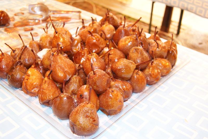 gruszki w czerwonym winie podczas il Baccanale del tartufo, Alba, Piemont, Włochy