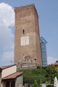 średniowieczna wieża w Barbaresco, Piemont, Włochy