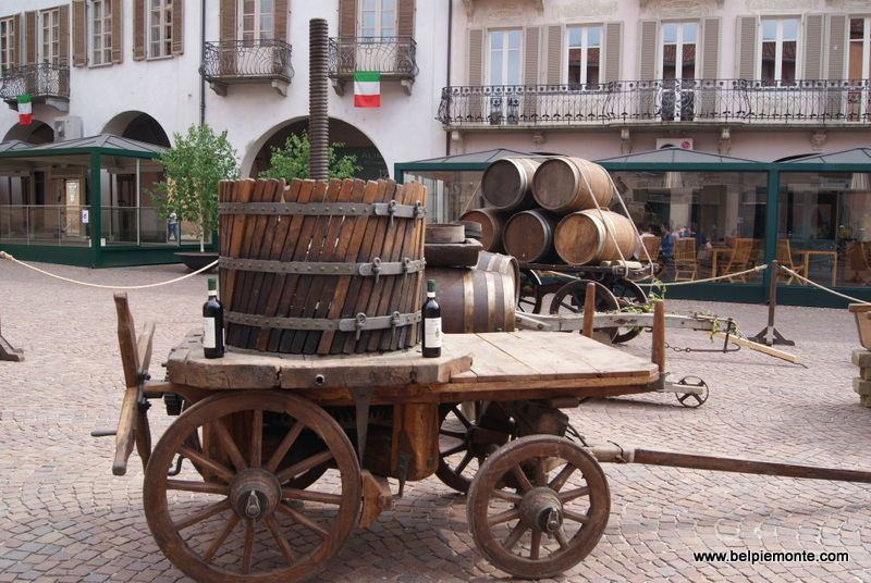zabytkowe akcesoria do wina na Piazza Risorgimento (Alba)