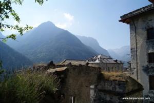 Forte di Fenestrelle - widok na zrujnowane budynki o otaczający krajobraz