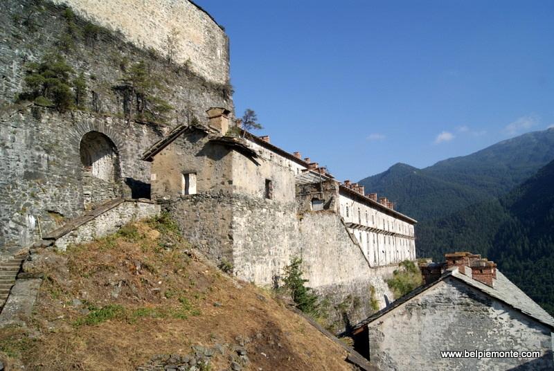 Forte di Fenestrelle - napotkane po drodze budynki