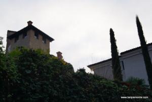 zieleń, stare budowle Neive na tle błękitnego nieba