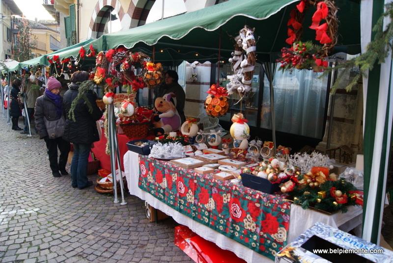 kolorowe stoisko z ozdobami świątecznymi