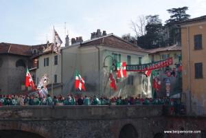 Ivrea, Piemont, Włochy, ponte vecchio podczas karnawału