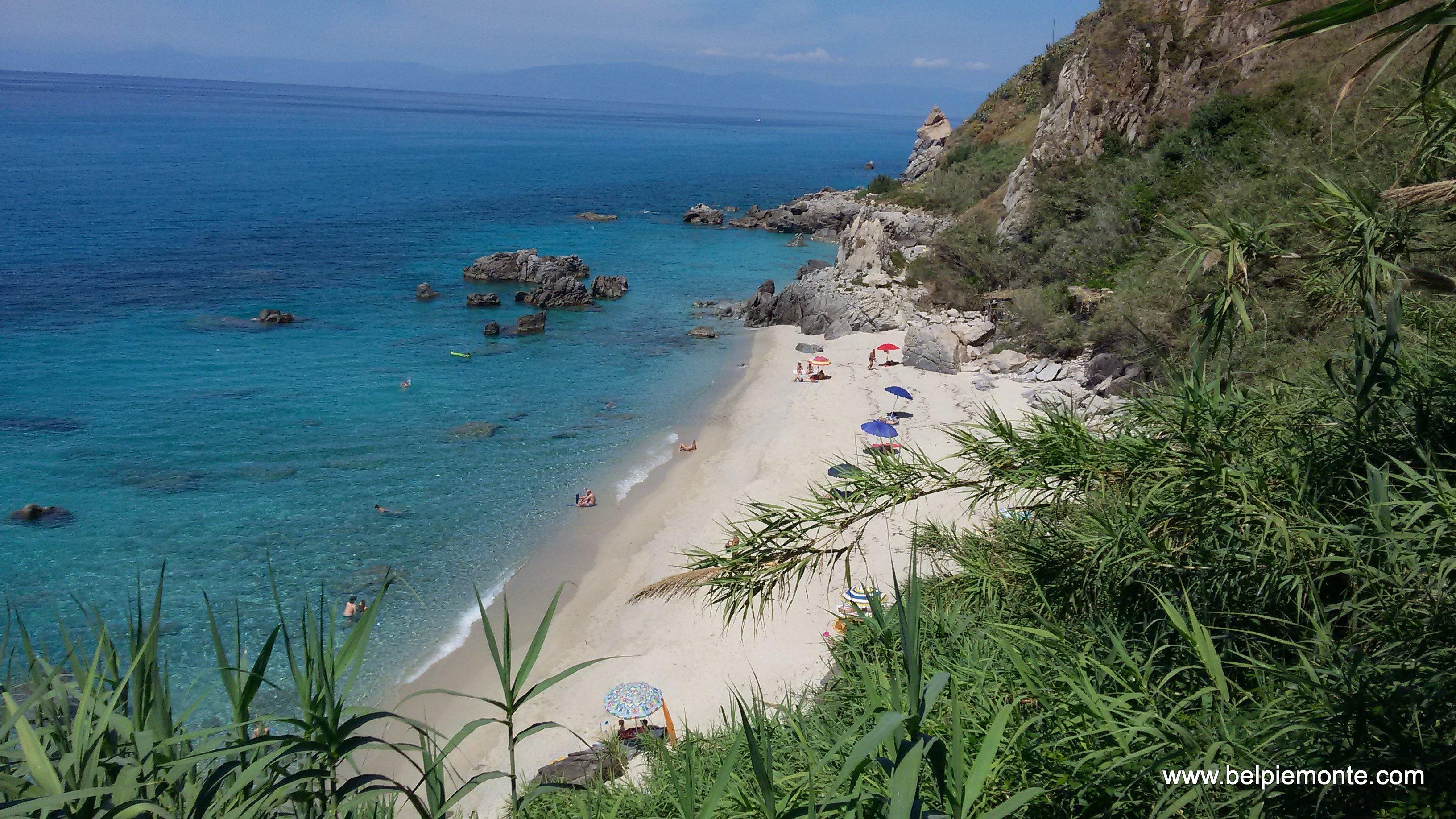Dzika plaża we Włoszech, Kalabria, Włochy